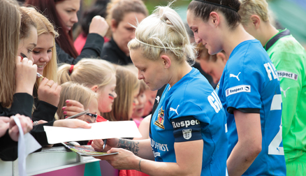 Signing Autographs in 2016